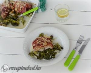 Bacon alatt sütött halszelet tejszínes brokkolival