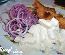 Rántott harcsa lilahagymával és majonézes krumplival