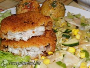 Rántott tengeri hal fűszeres krumplival és salátával