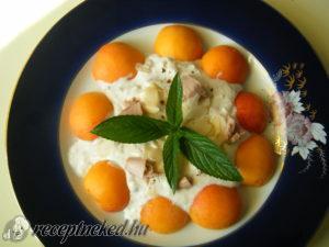 Rokfortos tonhal sárgabarack salátával