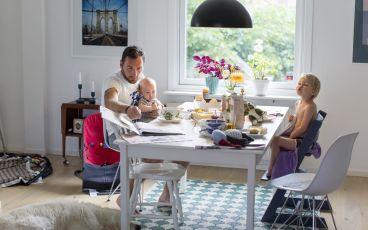 Familj kring bord en vardag med cancer
