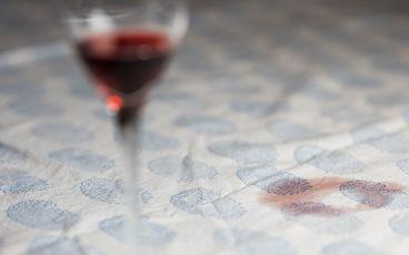 Vinglas med vinfläck på bord