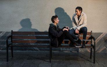 Två tonåringar sitter på en bänk när en förälder dör