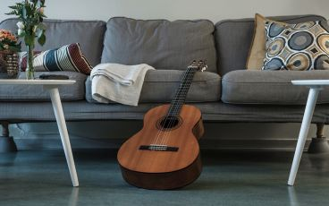 Gitarr mot en soffa om den vuxne inte blir frisk