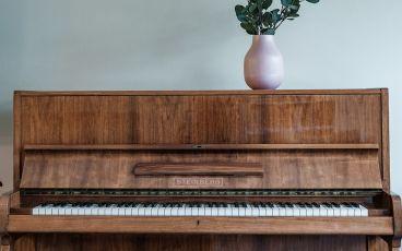 Piano med blomma när en viktig vuxen blir sjuk