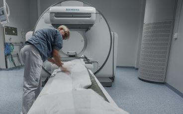 Sjuksköterska vid röntgenapparat