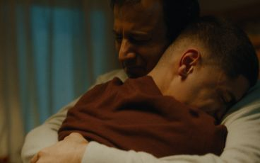 En pappa och son kramas