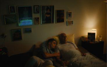 Pappa med son i säng