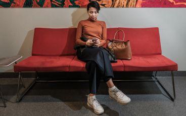 Kvinna i väntrum inför läkarbesök