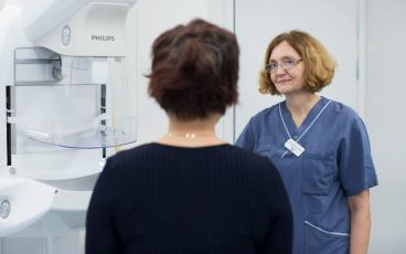 Kvinna gör mammografi
