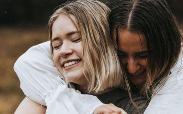 Två kvinnor omfamnar varandra
