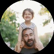 Pappa med dotter på axlarna