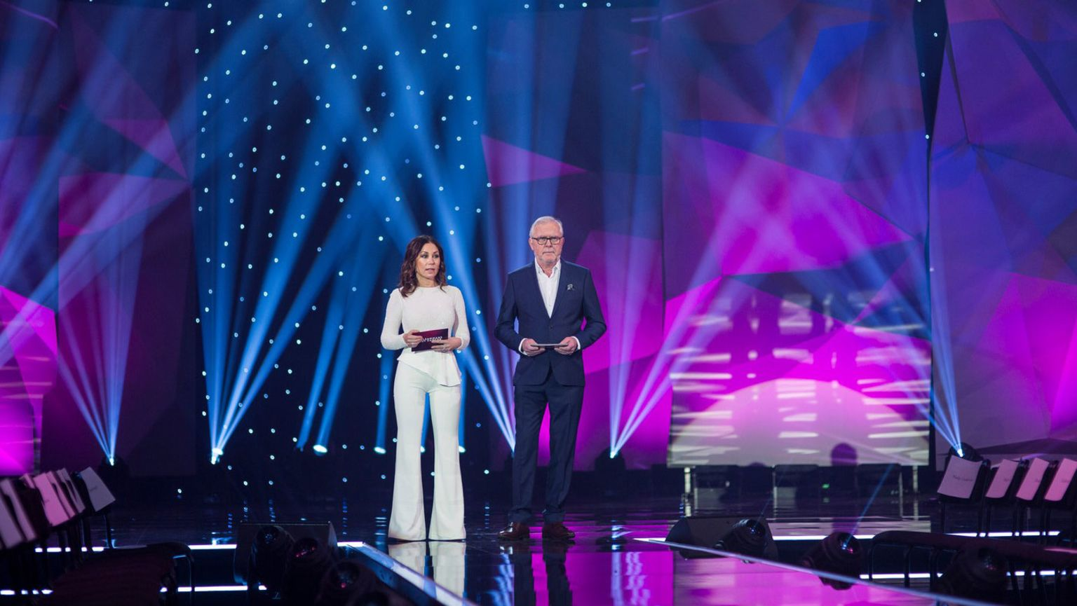Programledarna Tilde de Paula Eby och Begnt Magnussson tillsammans på en scen under Cancerfondens gala Tillsammans mot cancer.
