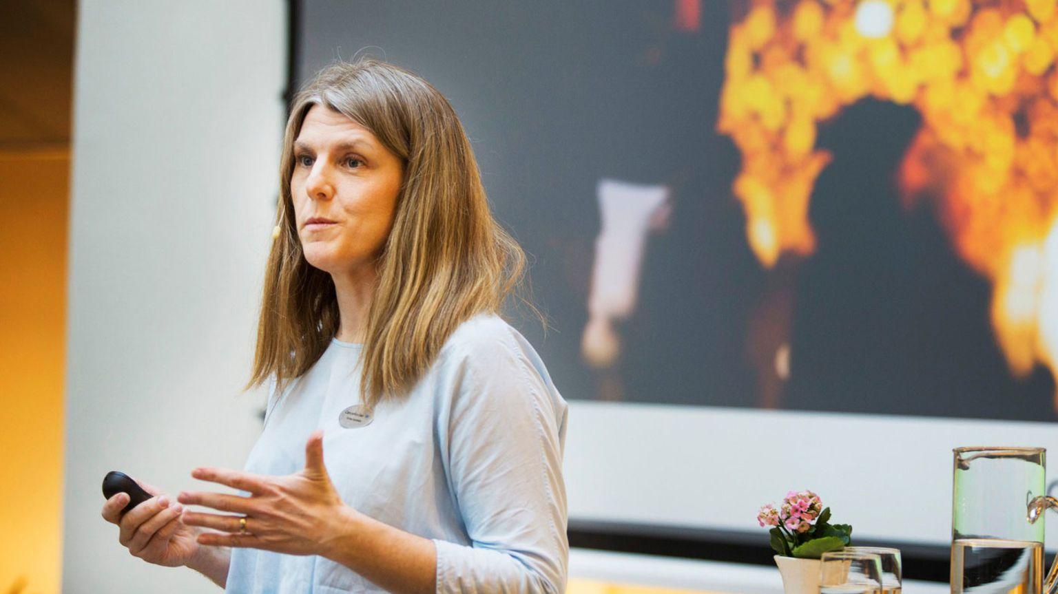 Ulrica Sundholm, enhetschef vård och stöd på Cancerfonden, håller i en presentation.