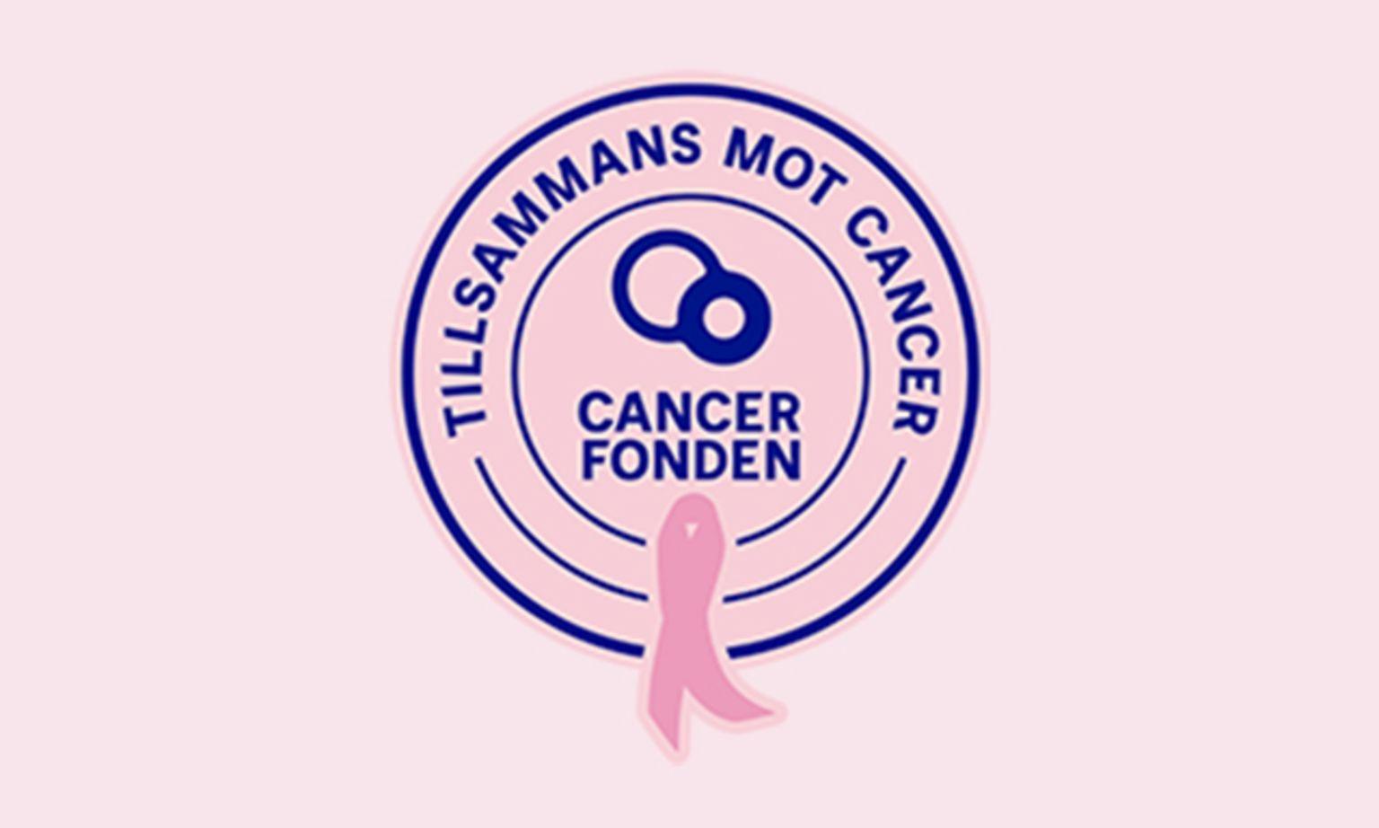 Cancerfondens Rosa Bandet-figurmärke som består av blå text i en cirkel med ett rosa generiskt band mot rosa bakgrund.