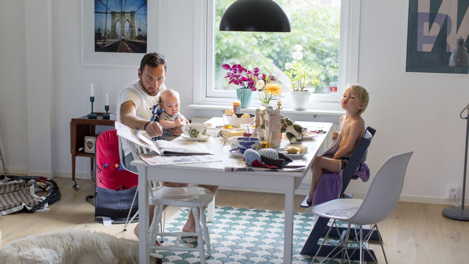 Familj sitter och äter frukost i en typisk vardagssituation.