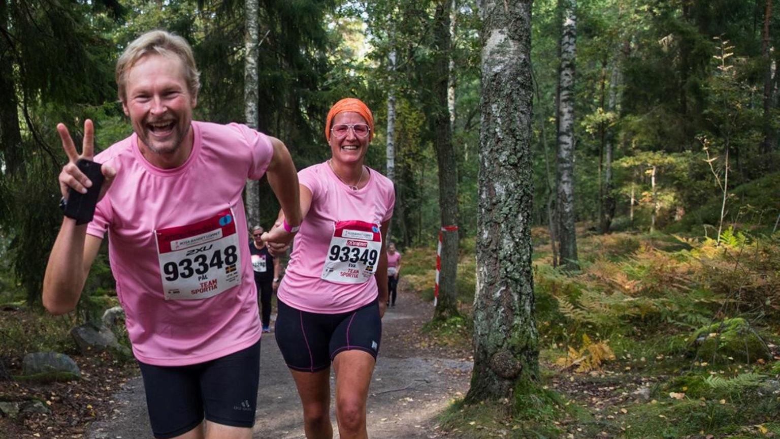 Ett par springer i skogen