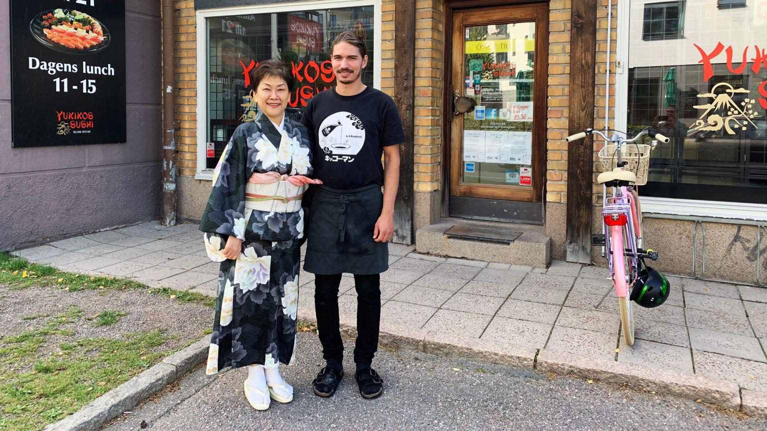Yukiko Willebrand med kollega utanför restaurangen i Uppsala