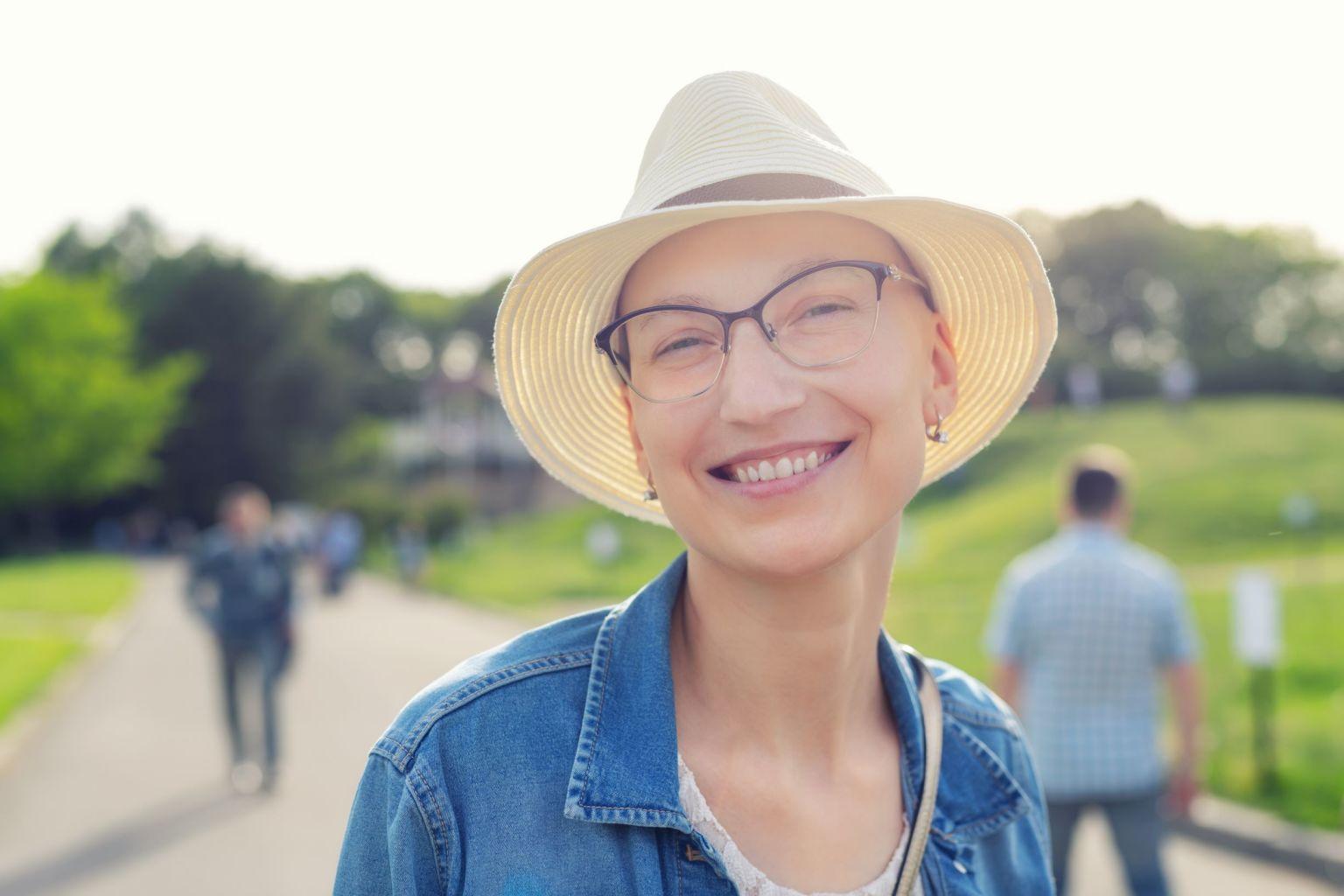 Kvinna med hatt och glasögon.