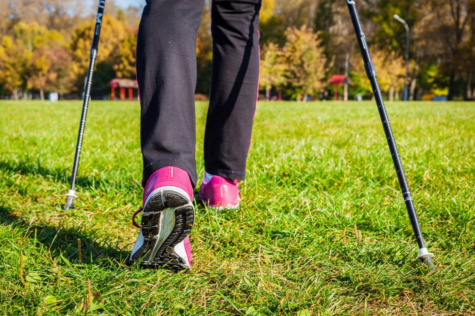 Ben som går på en gräsmatta.