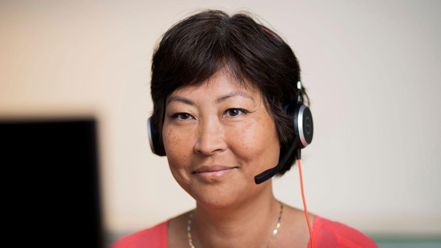 Personal med headset från Cancerlinjen