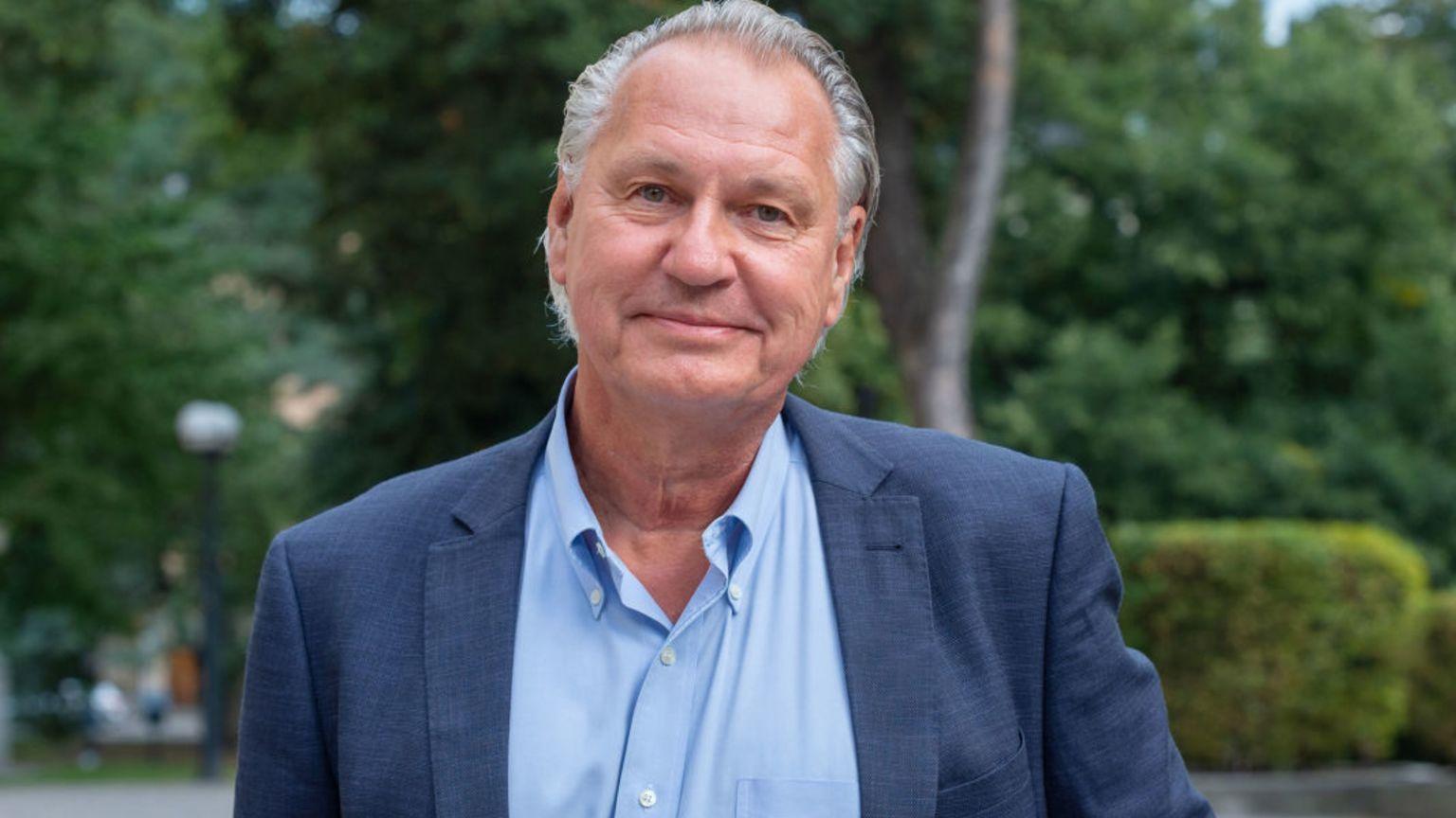 Klas Kärre, ordförande i Cancerfondens forskningsnämnd tittar in i kameran