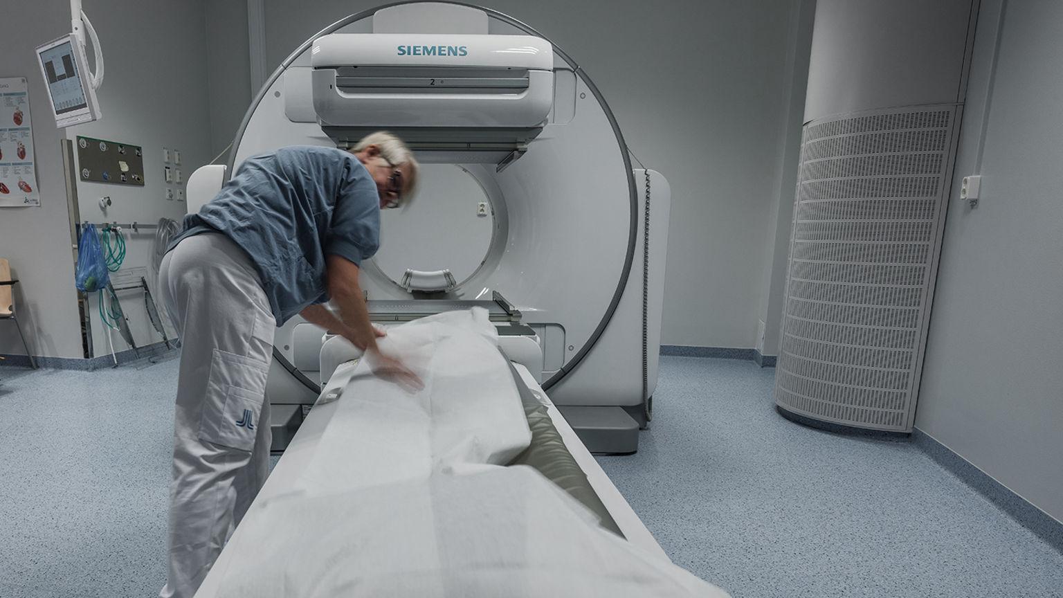 Sjuksköterska gör i ordning röntgenapparat
