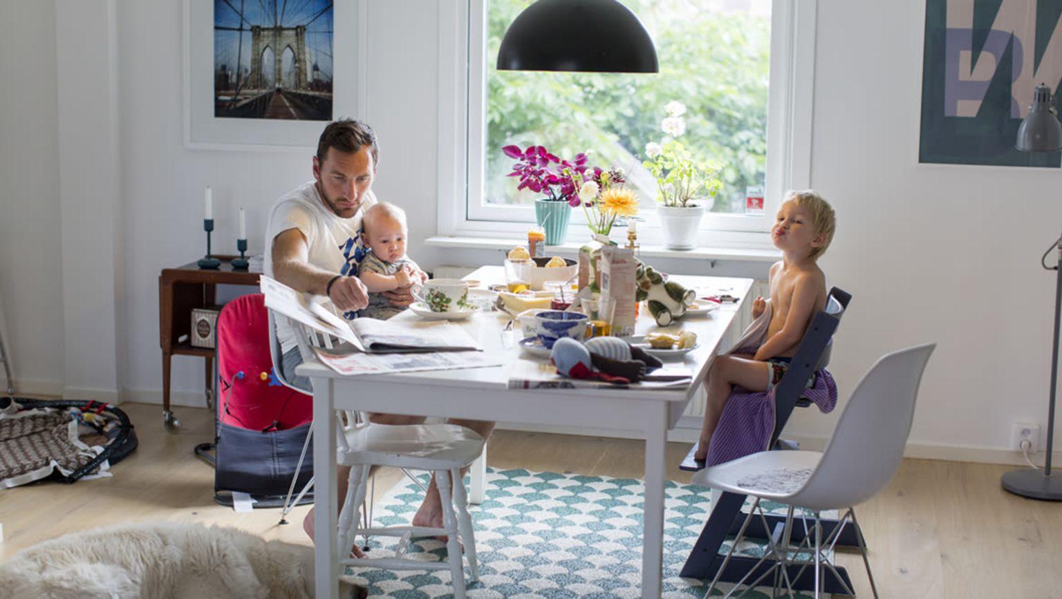 Familj sitter runt ett bord en vardag med cancer