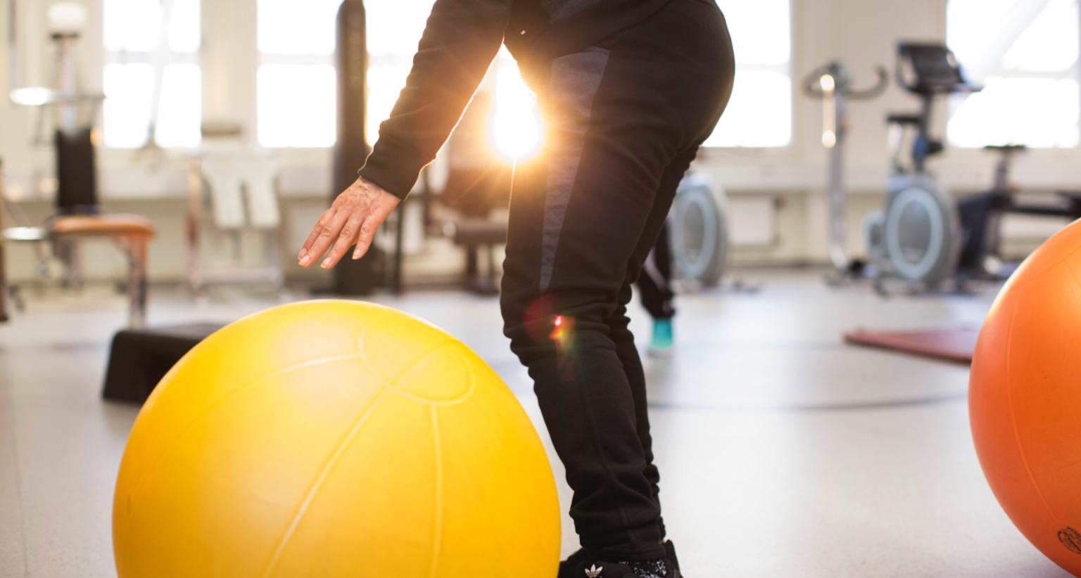 Person på gym med medicinboll