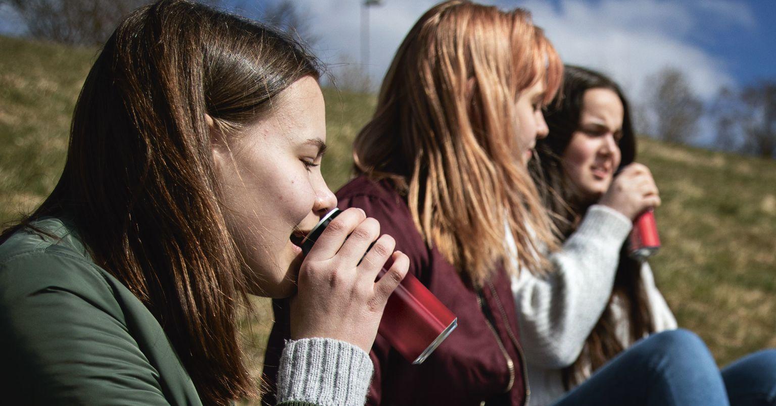 Tonårstjejer som dricker läsk