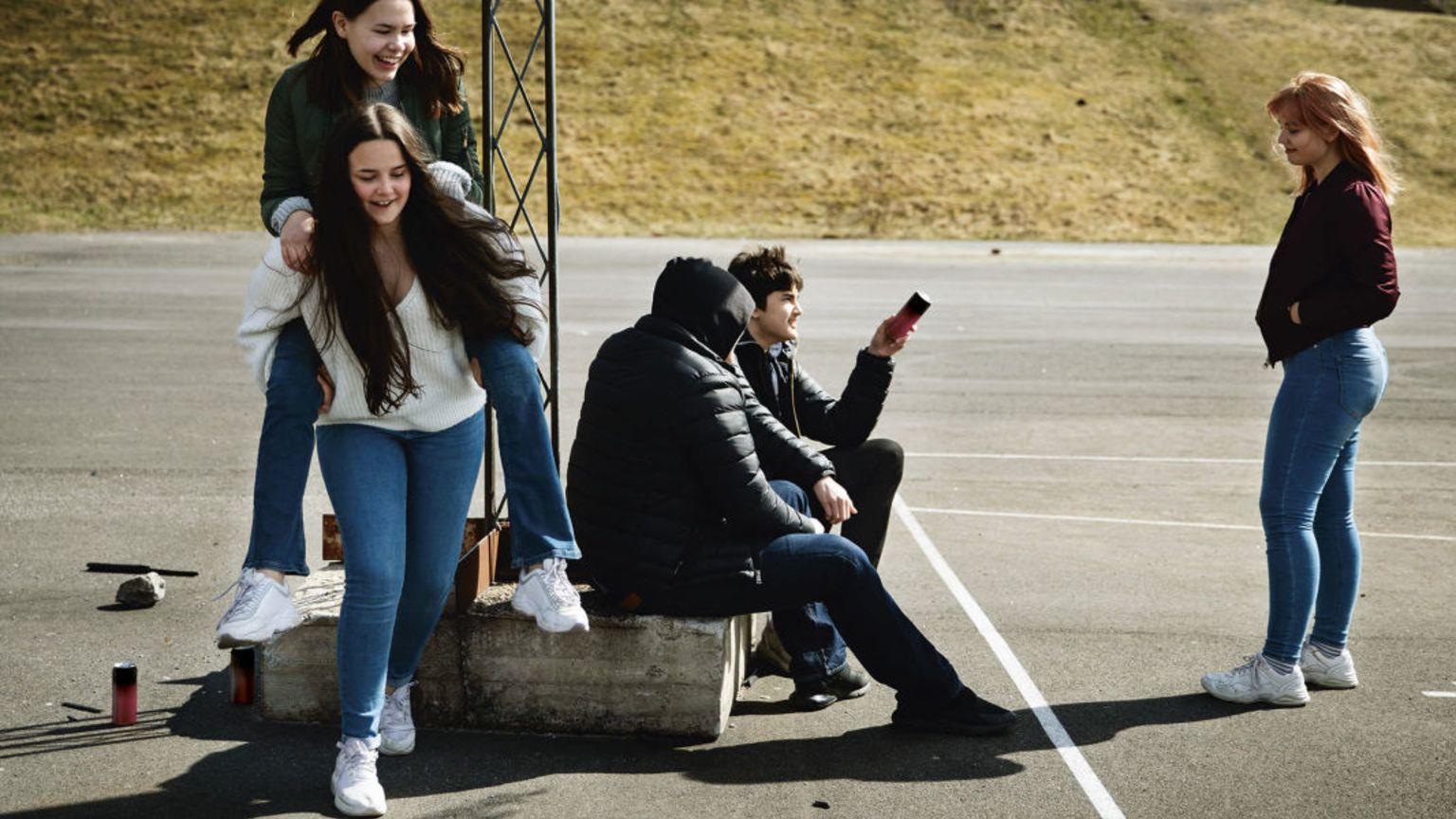 Ungdomar hänger på idrottsplats