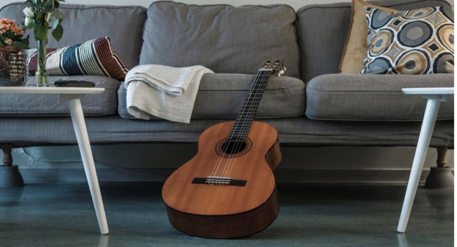 Gitarr står lutad mot soffa på palliativ avdelning