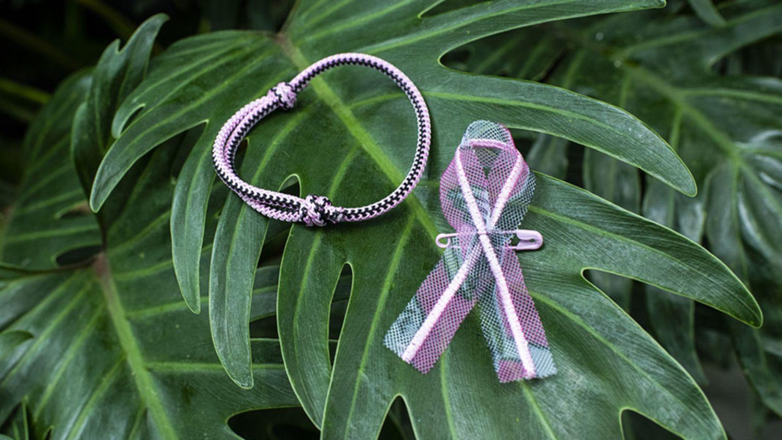 Rosa bandet och armbandet