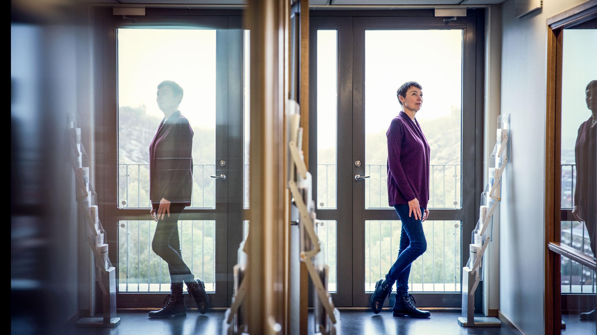 Macela Ewing går genom en korridor
