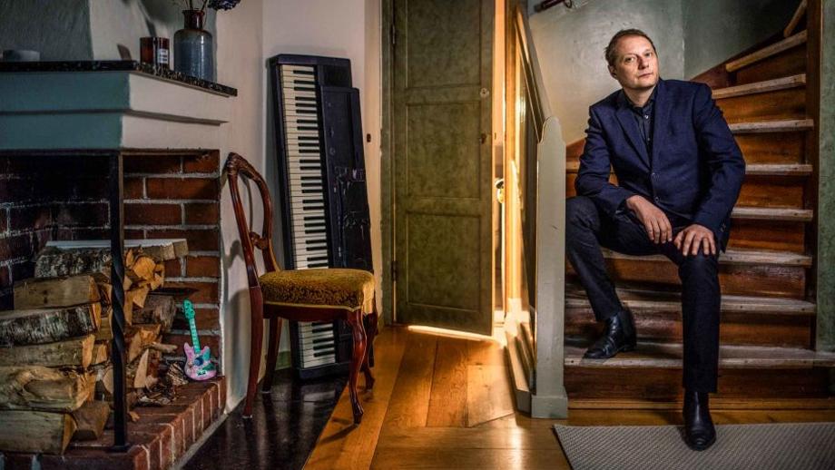 Magnus Carlson, sångare i Weeping Willows, höll länge ihop efter hat förlorade sina föräldrar, men en dag brast det.
