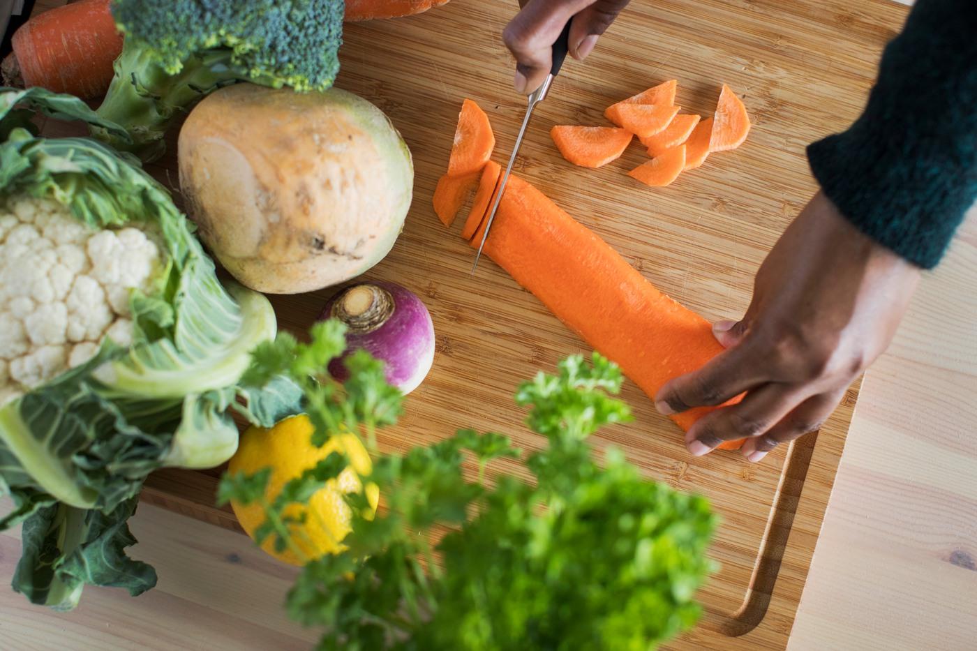 Färska grönsaker och rotfrukter på en skärbräda