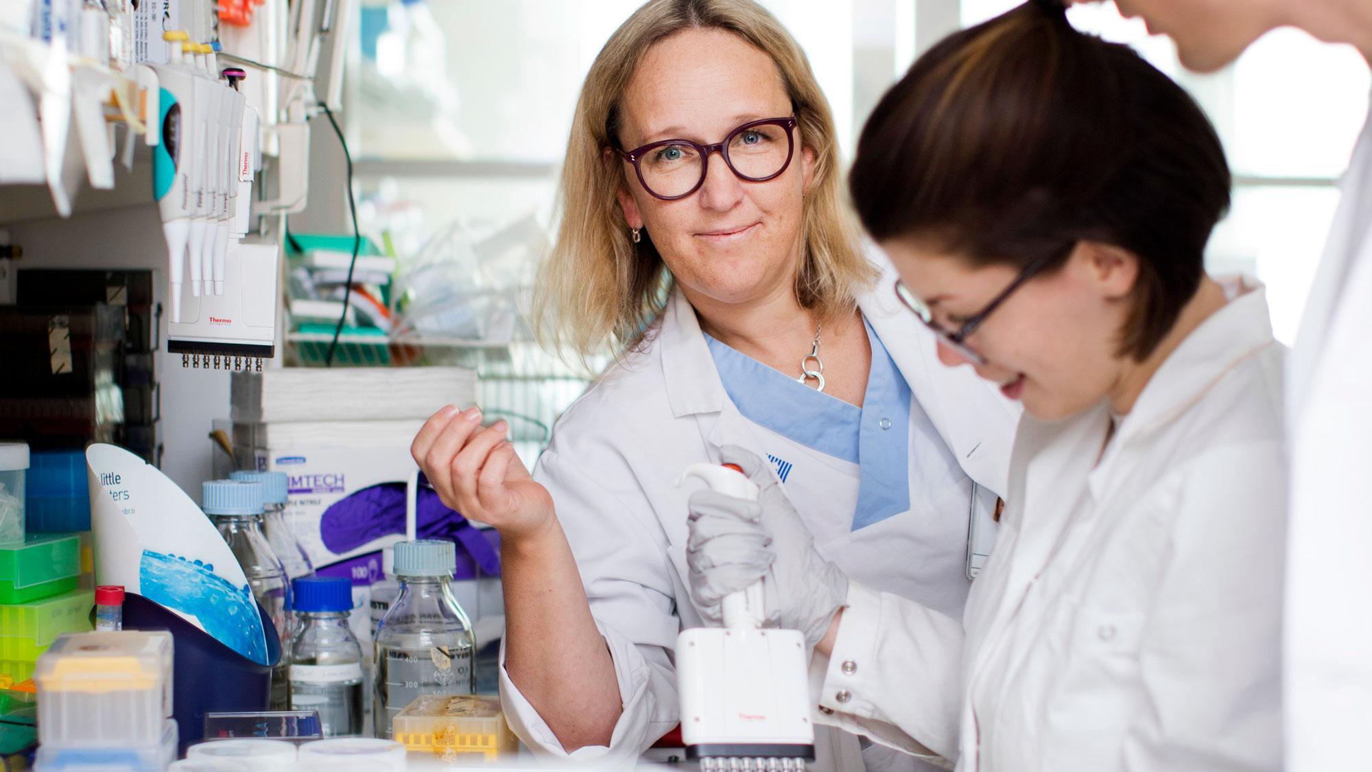 Tre forskare i labb