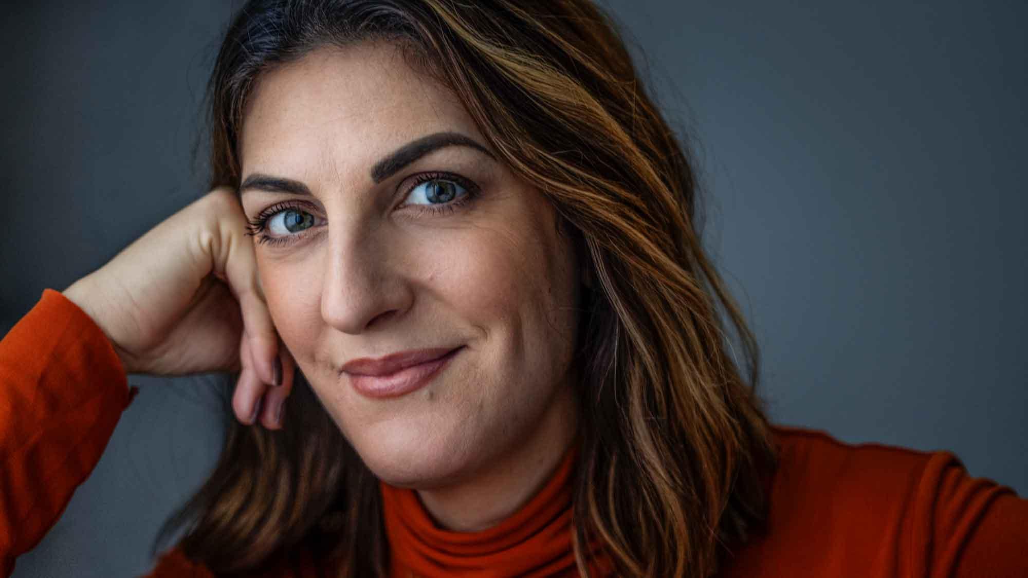 Programledaren Soraya Lavasani sitter med huvudet lutat mot ena handen