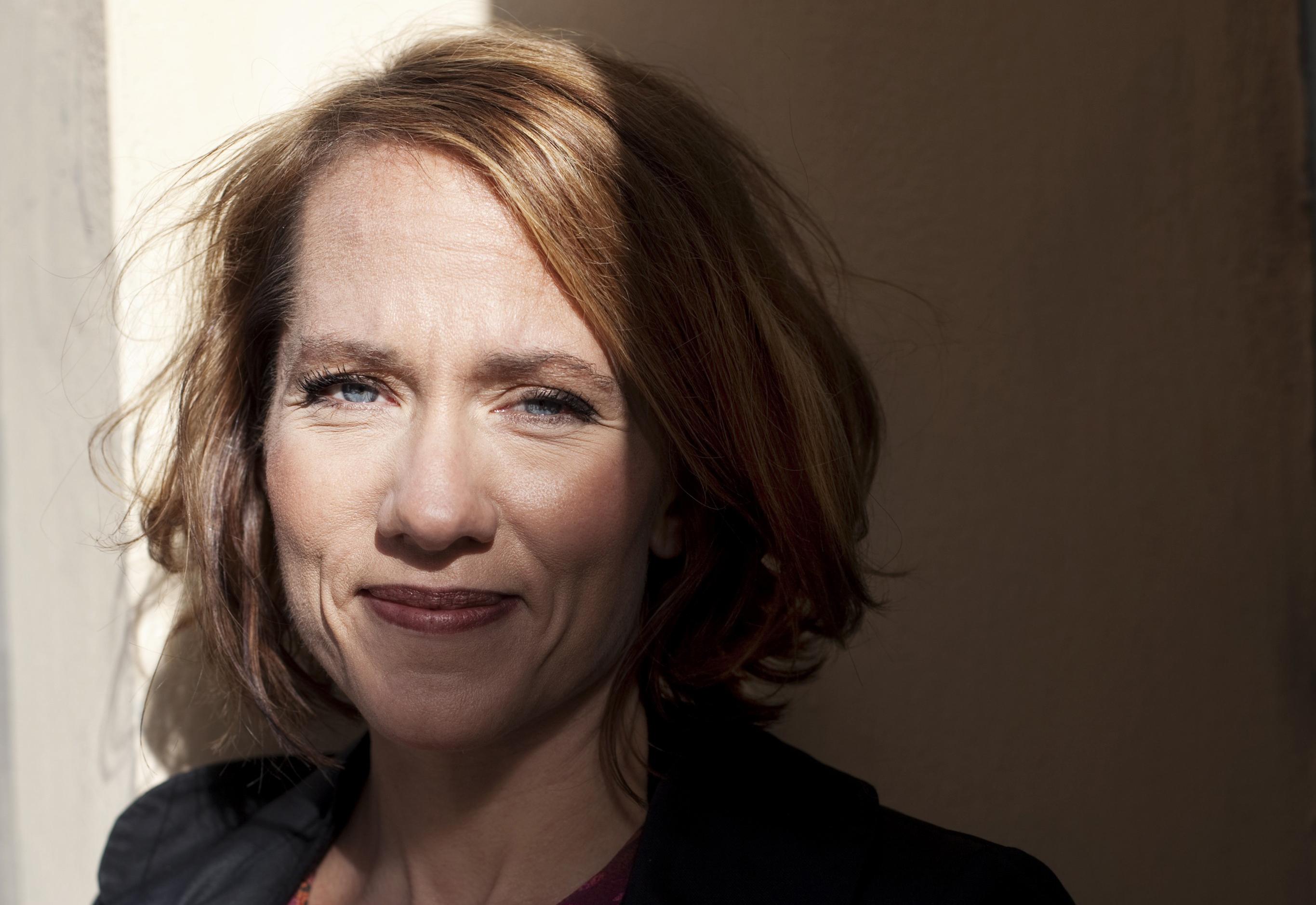 Porträtt av skribenten, Felicia Hume som tittar in i kameran.