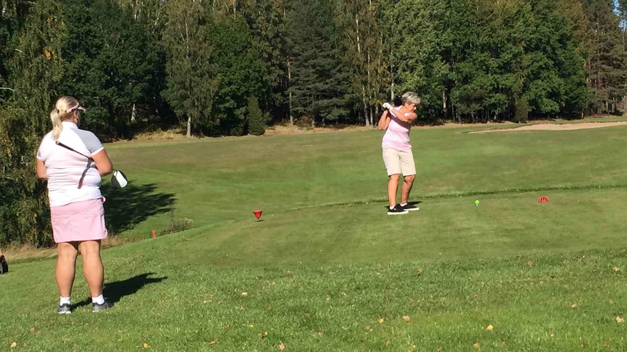 Kvinnor som spelar golf