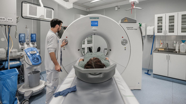 Patient på brits som undersöks med datortomografi.