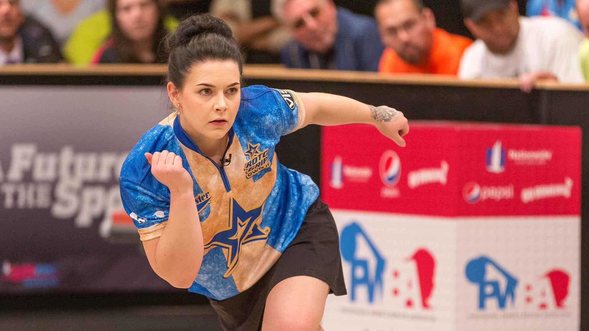 Sandra Andersson har precis kastat sitt bowlingklot