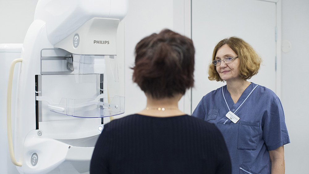 kvinna och sjuksköterska vid mammografiappparat