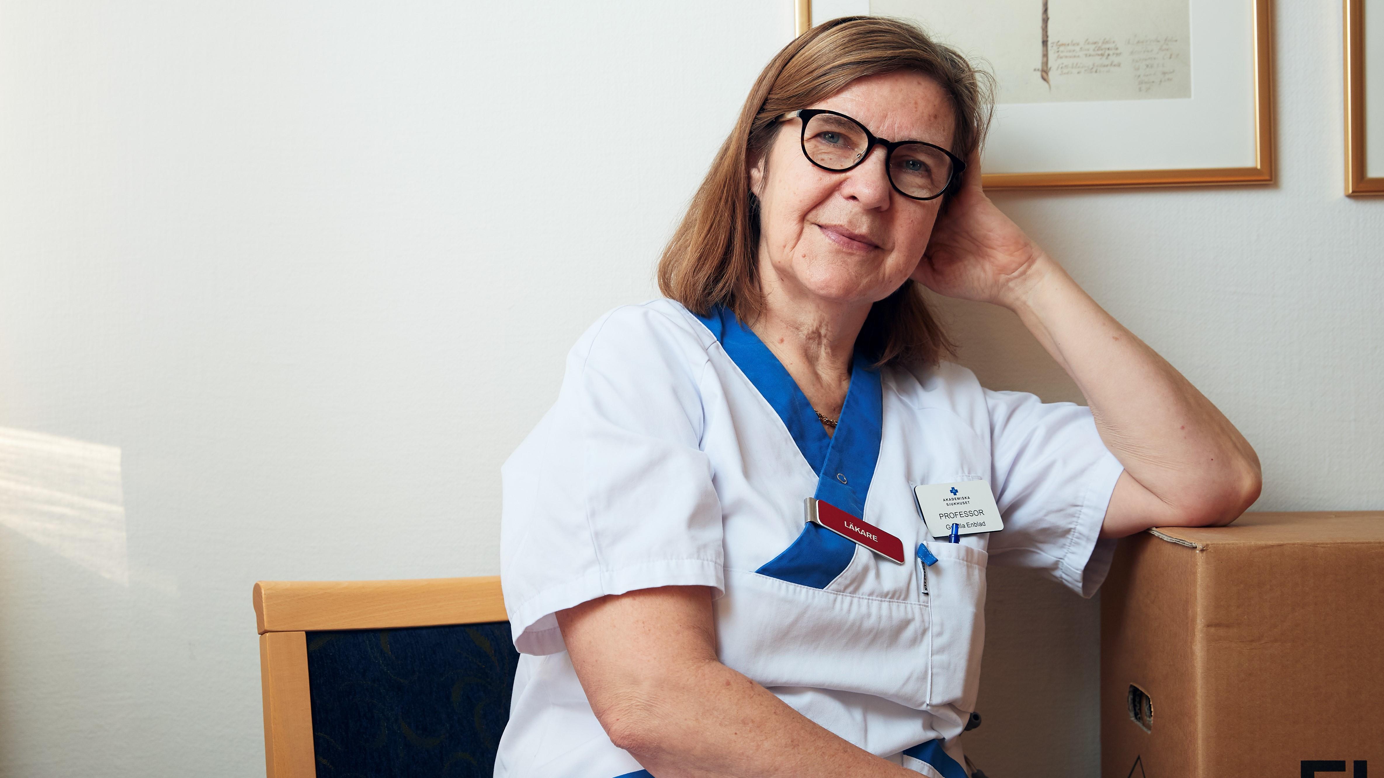 sittande kvinna med sjukhusklädsel
