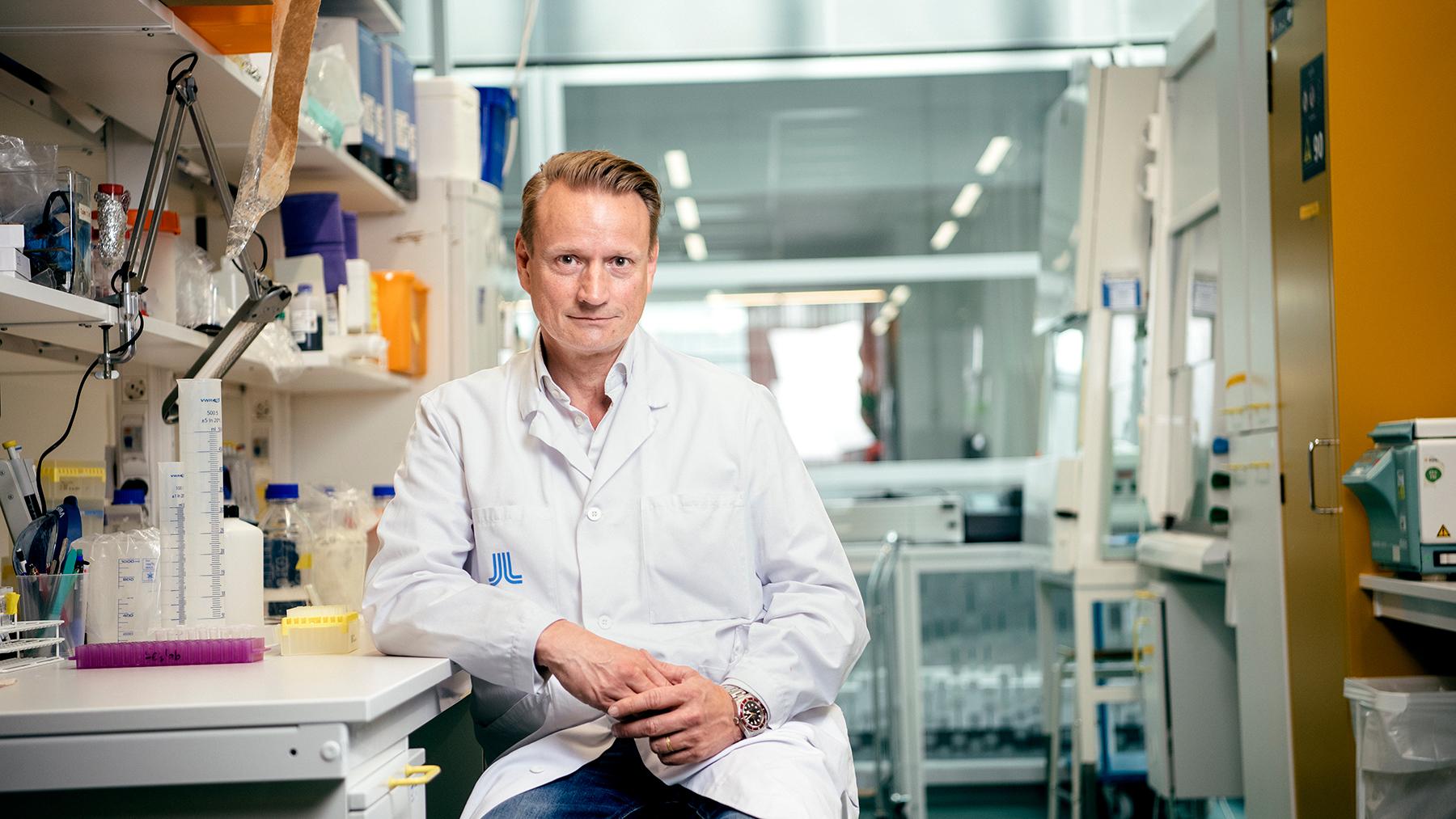 Porträtt på Matti Sällberg i ett laboratorium