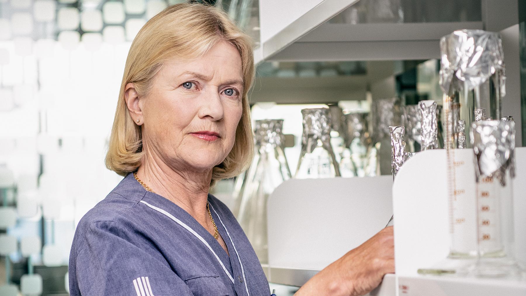 Porträtt på forskaren Anna Karlsson som är vetenskaplig sekreterare på Cancerfonden.
