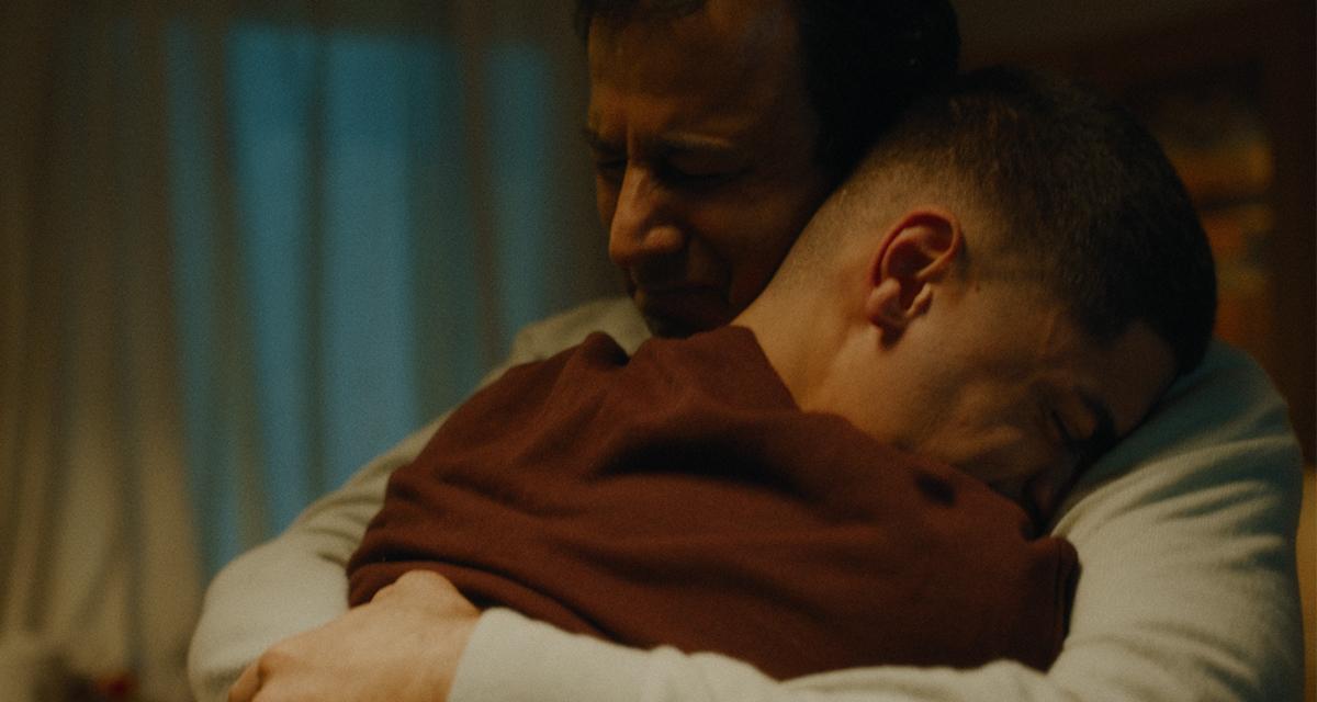 Pappa och hans son kramas, från Cancerfondens julfilm