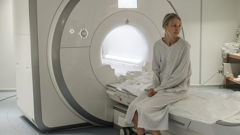 Patient på brits som undersöks med magnetkamera.