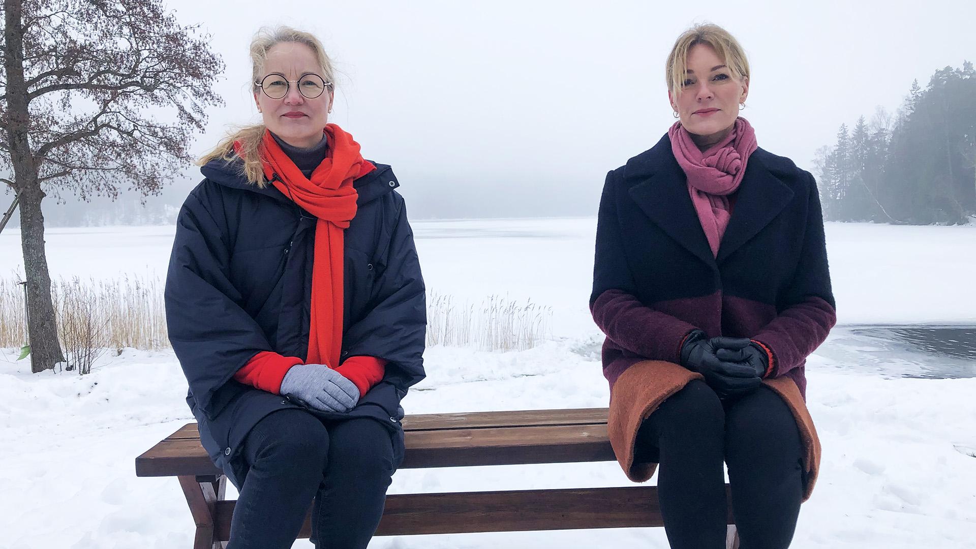 Cancerfondens generalsekreterare Ulrika Årehed Kågström och Hjärt- och lungfondens generalsekreterare Krisitina Sparreljung sitter på en bänk.