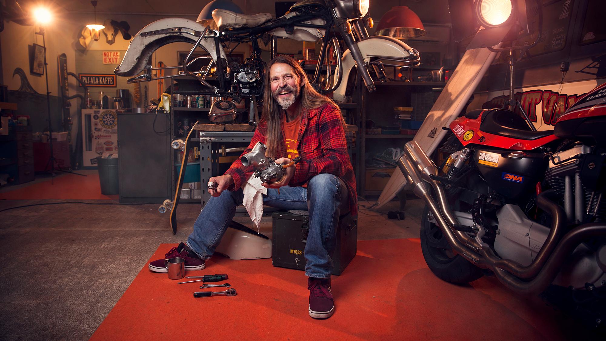Peter Mårtensson sitter i sin motorcykelverkstad